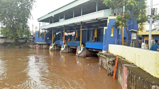 Jakarta di Guyur Hujan, Gerbang Pintu Air Pasar Ikan Siaga2